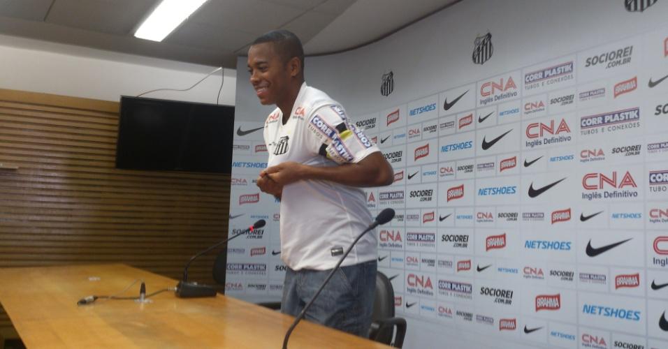 Robinho assinou contrato com o Santos por empréstimo de uma temporada