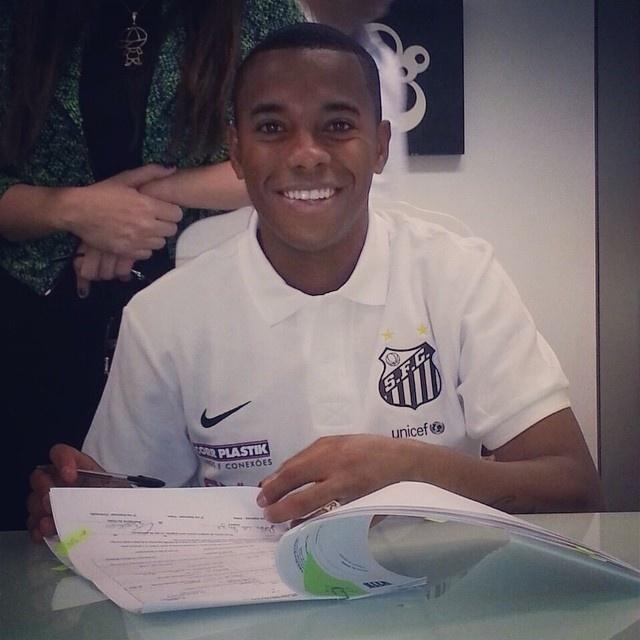 Robinho assinou contrato com o Santos por um temporada na manhã desta quinta-feira