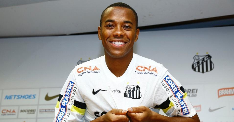 Robinho exibe símbolo do Santos durante apresentação na Vila Belmiro