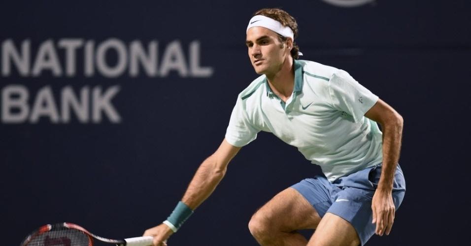 Roger Federer se abaixa para alcançar a bola durante duelo contra Cilic em Toronto
