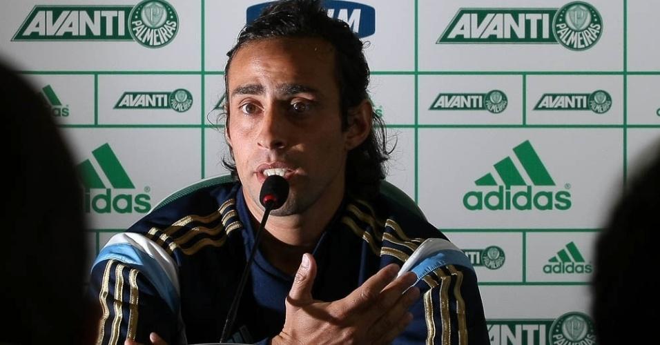 07-08-2014 - Valdivia dá entrevista coletiva para explicar sumiço após negociação com árabes