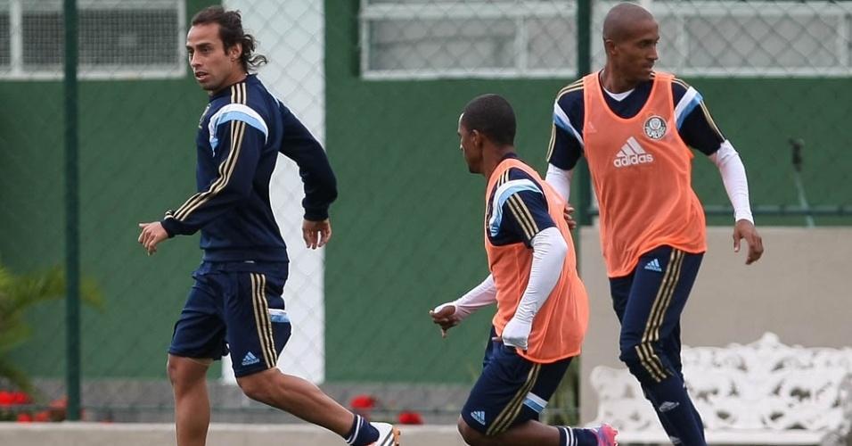 08-08-2014 - Valdivia volta a treinar com bola ao lado de seus companheiros