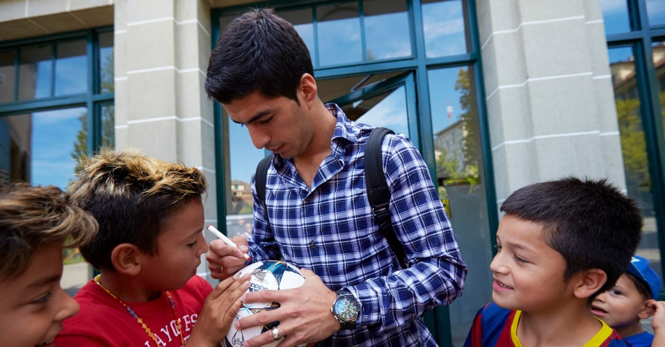 Atacante uruguaio Luis Suárez dá autógrafos para crianças após deixar a Corte Arbitral do Esporte (CAS)