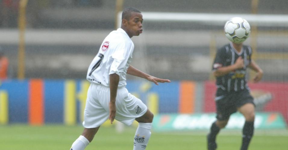 Robinho, atacante do Santos, tenta dominar a bola durante um jogo contra o Corinthians em 2003