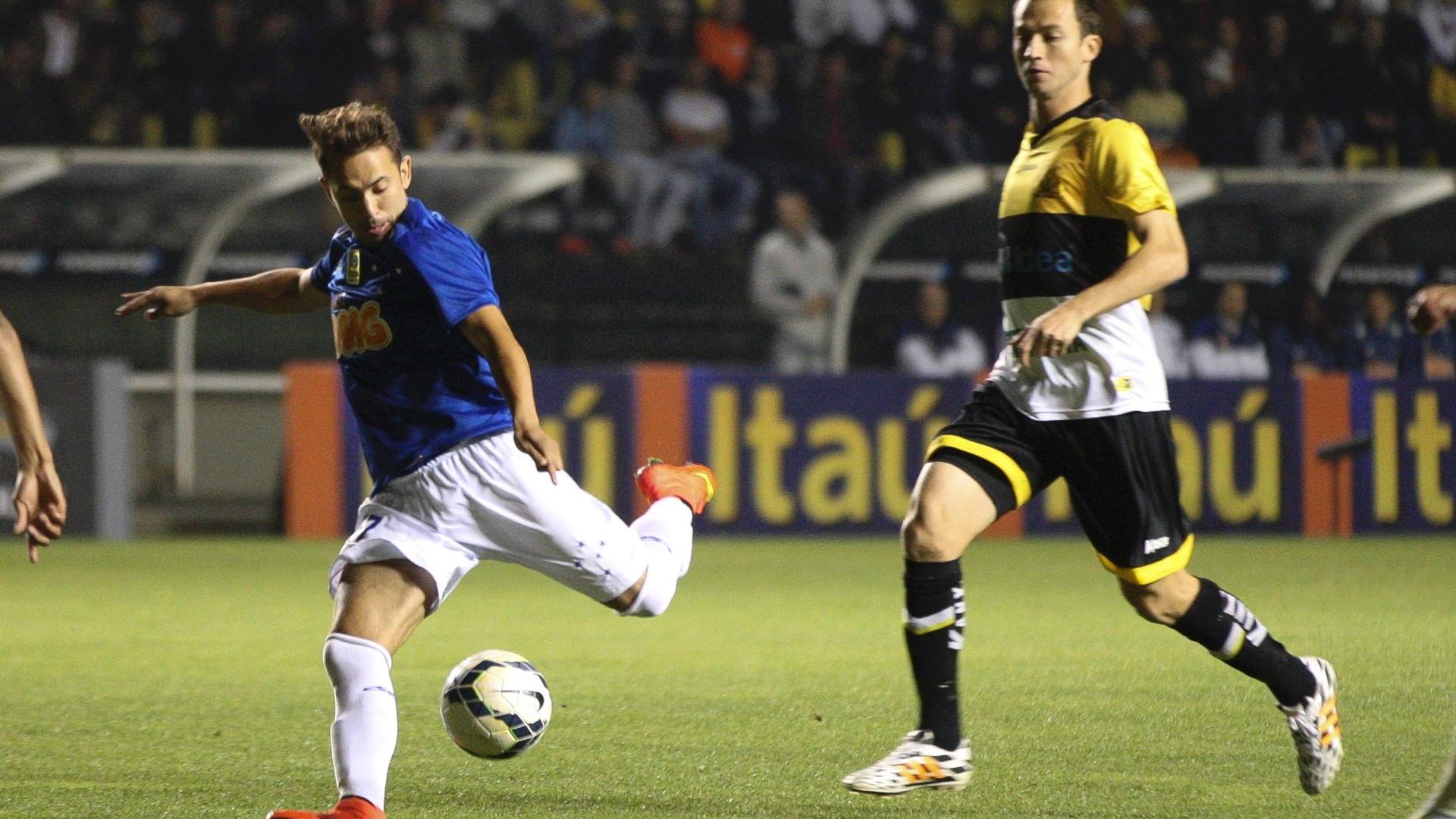 Everton Ribeiro tenta batida de esquerda durante o duelo do Cruzeiro contra o Criciúma em Santa Catarina