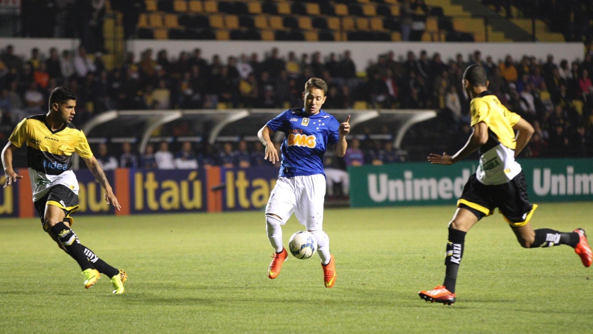 Everton Ribeiro tenta jogada durante o duelo do Cruzeiro contra o Criciúma em Santa Catarina