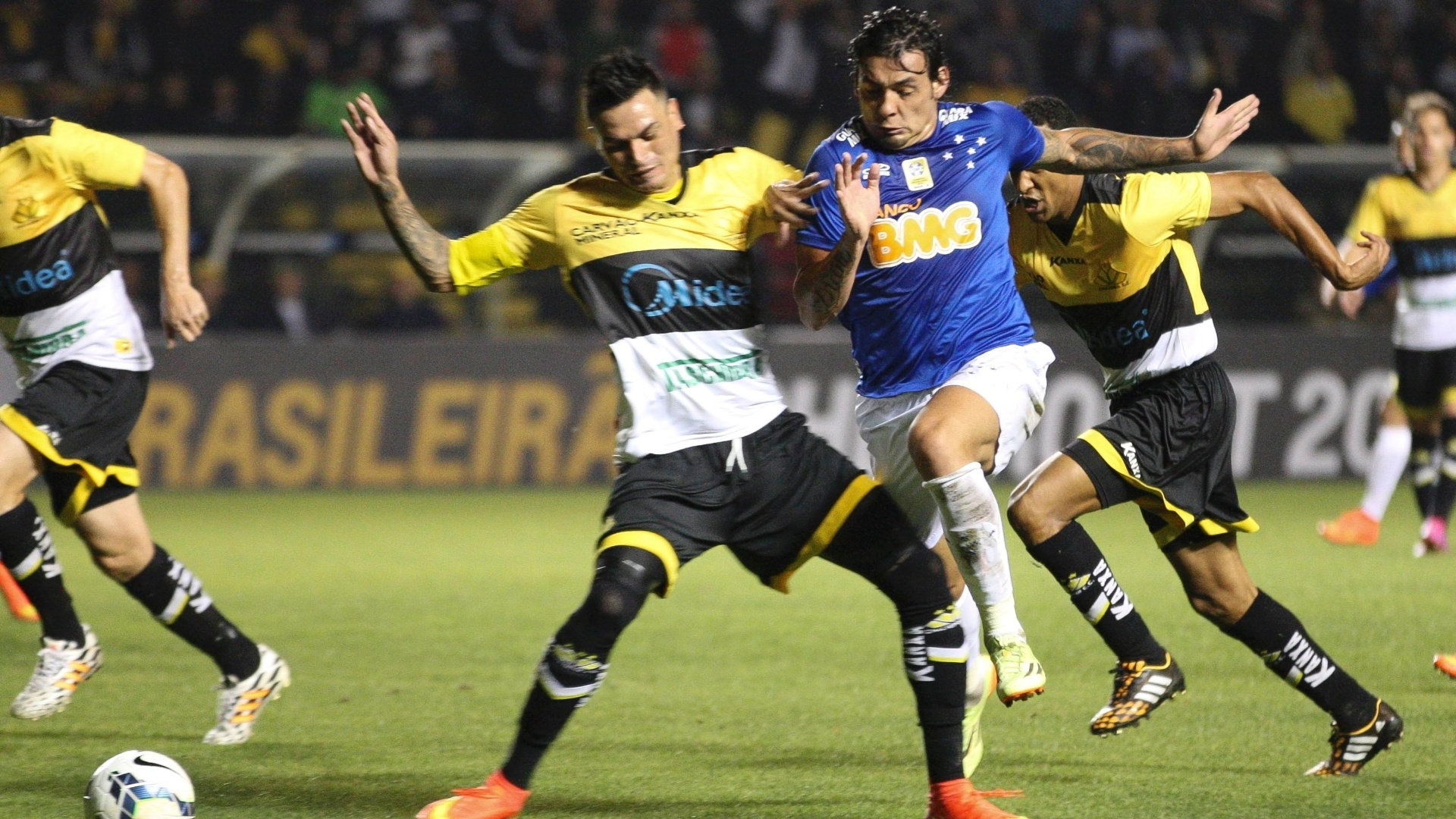 Fabio Ferreira, defensor do Criciúma, chega duro em Ricardo Goulart, atacante do Cruzeiro