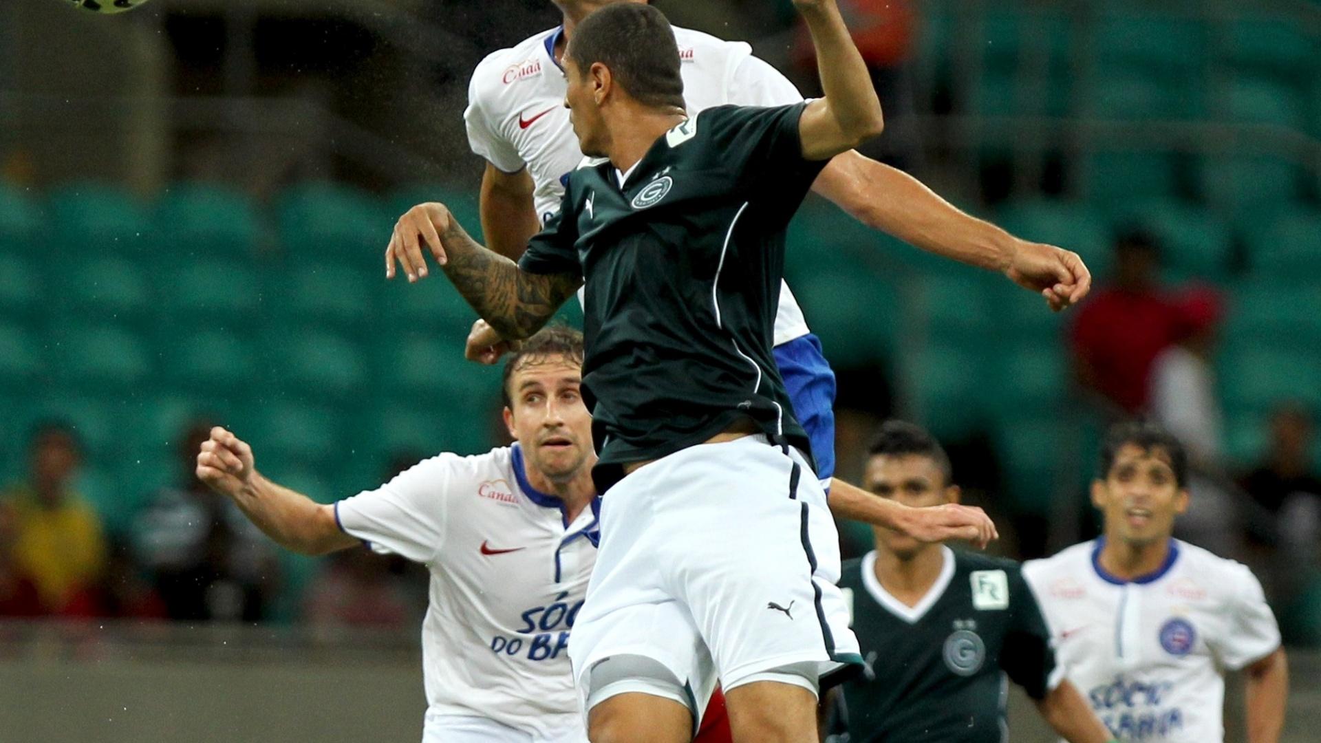 Fahel cabeceia para marcar o gol da vitória do Bahia sobre o Goiás