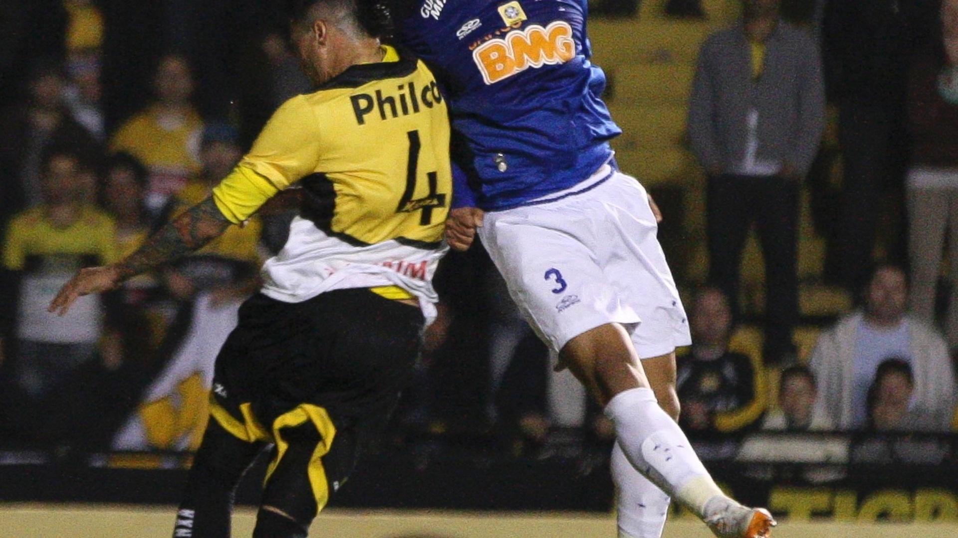 Jogadores de Criciúma e Cruzeiro durante o empate por 0 a 0 em Santa Catarina