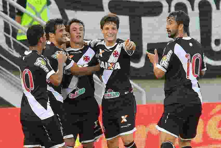 Kléber é abraçado por companheiros após marcar o 1° do Vasco sobre o ABC - Marcelo Sadio/vasco.com.br