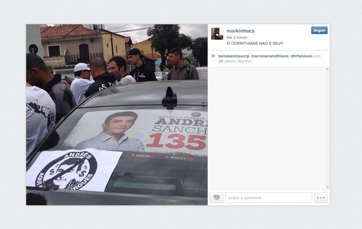 Manifestantes fazem protestos contra Andrés e o preço dos ingressos na frentedo comitê eleitoral do ex-presidente do Corinthians