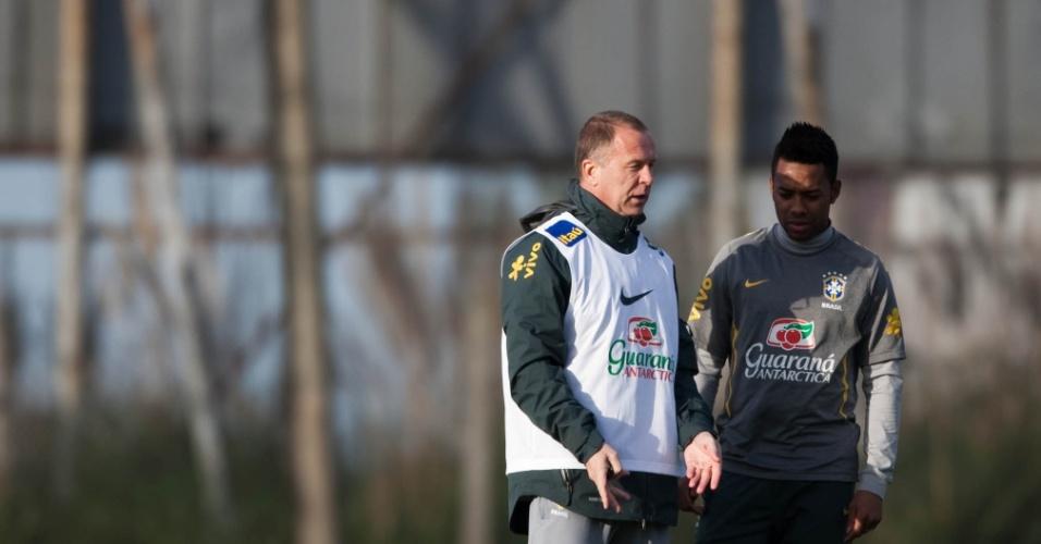 Mano Menezes, então técnico da seleção brasileira, conversa com Robinho durante um treino em Los Cardales, na Argentina, durante a Copa América de 2011