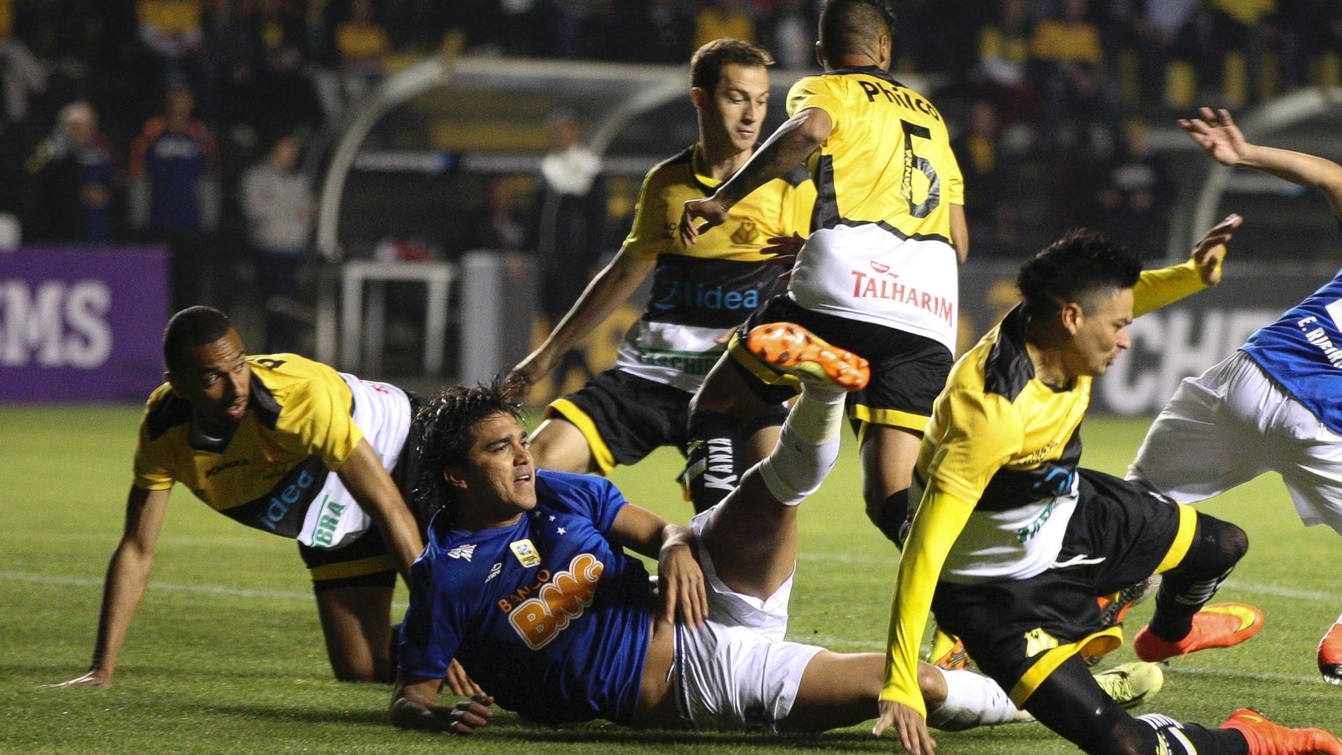 Marcelo Moreno cai em meio a diversos jogadores do Criciúma em jogo fora de casa do Cruzeiro