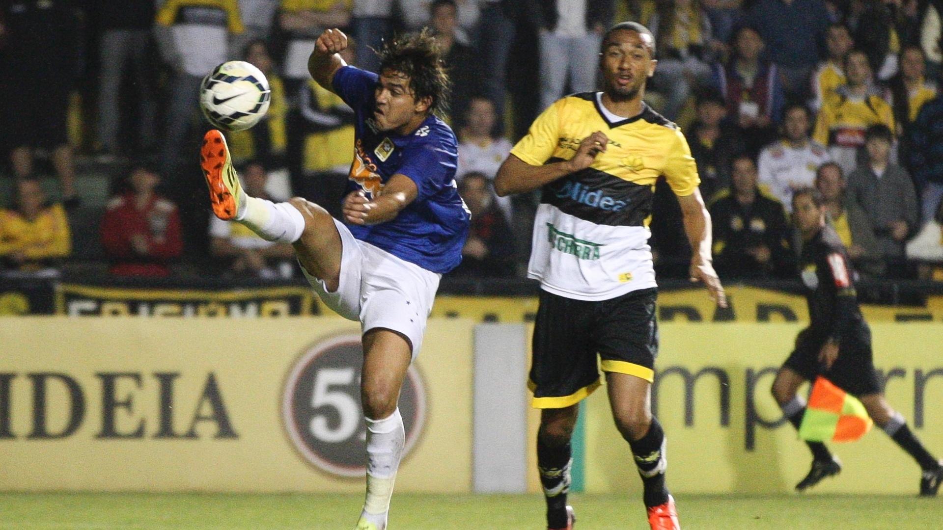Marcelo Moreno produz estranha jogada para o Cruzeiro sob olhares de Gualberto, do Criciúma