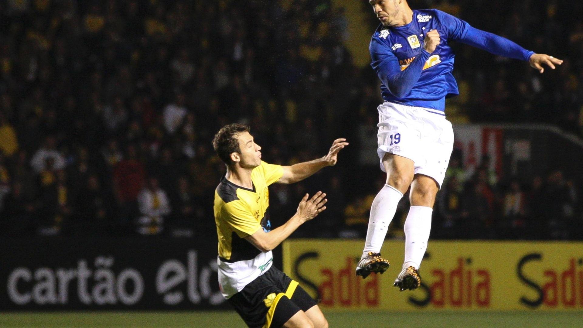 Nilton afasta a bola de cabeça para o Cruzeiro no duelo com o Criciúma