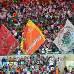 Torcida do Fluminense agita bandeirões no Maracanã no jogo contra o Coritiba - Matheus Andrade/Photocamera