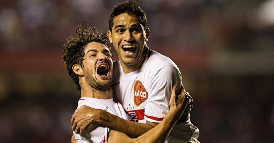 Alan Kardec é abraçado por Pato ao marcar para o São Paulo contra o Vitória