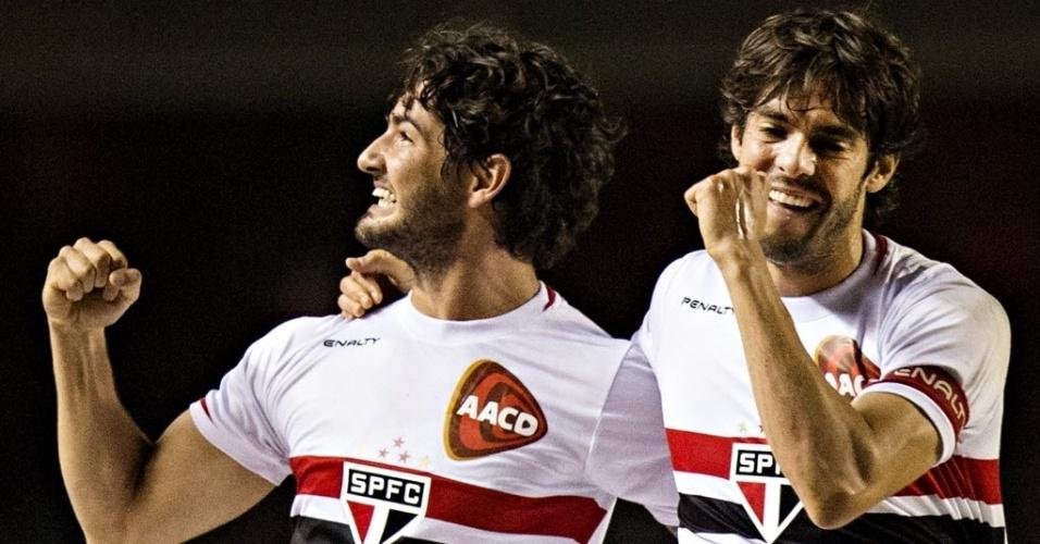 Alexandre Pato comemora com Kaká ao marcar seu primeiro gol para o São Paulo sobre o Vitória