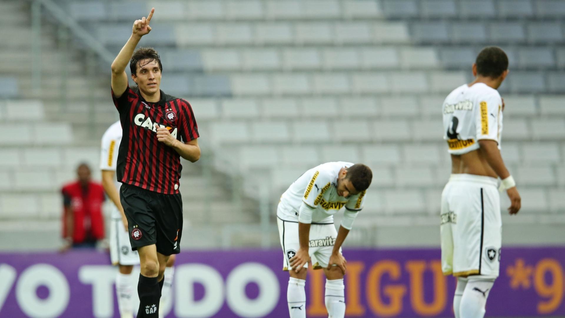 Atacante Cléo comemora gol do Atlético-PR, para decepção dos jogadores do Botafogo na Arena da Baixada