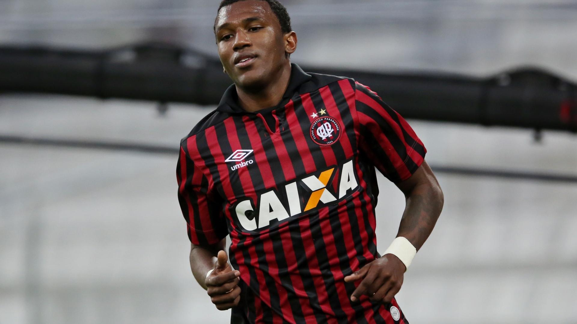 Douglas Coutinho comemora o segundo gol do Atlético-PR na vitória sobre o Botafogo