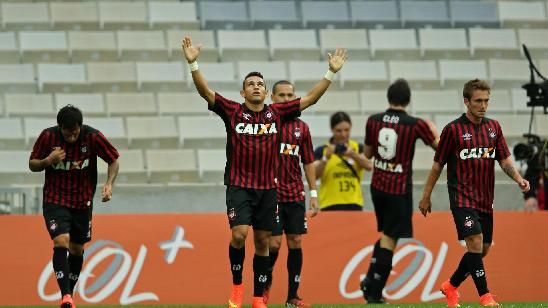 Jogadores do Atlético-PR celebram o gol de Cleo, que abriu o placar contra o Botafogo