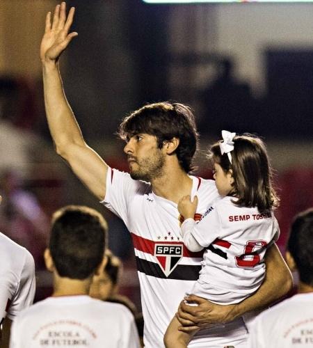 Kaká saúda a torcida após entram no Morumbi, seu primeiro jogo no estádio após a volta ao São Paulo