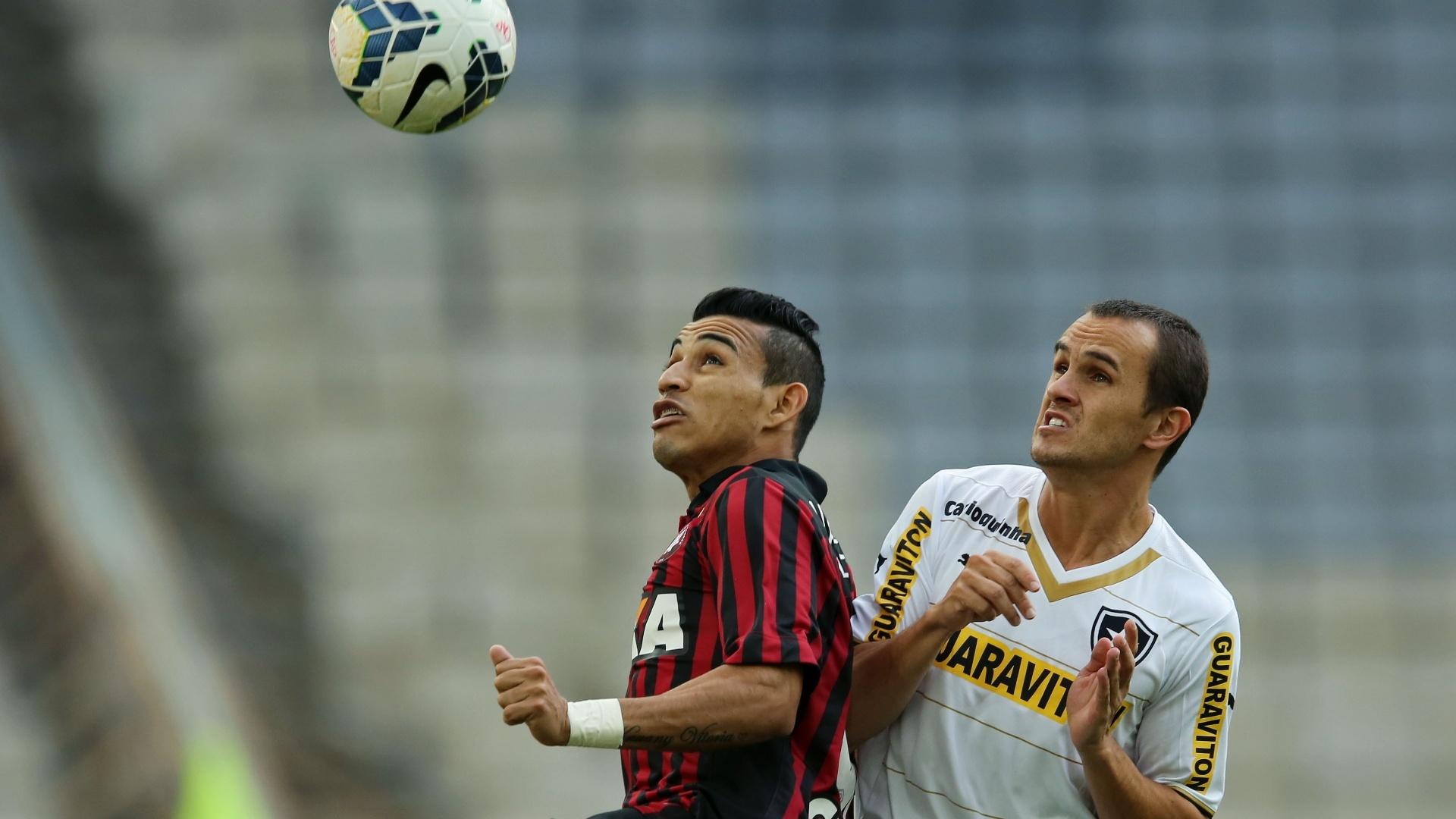 Natanael, do Atlético-PR, e Lucas, do Botafogo, disputam a bola no duelo pelo Brasileirão