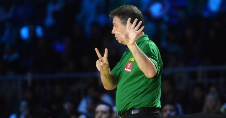 O técnico do Brasil, Rubén Magnano, passa instruções para seus comandados no amistoso com o México