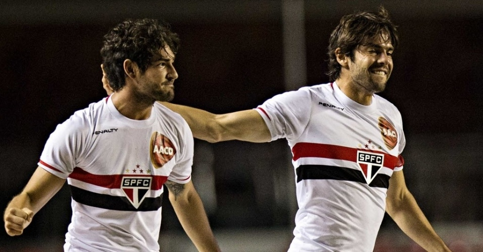 Pato e Kaká comemoram gol do São Paulo sobre o Vitória no Morumbi