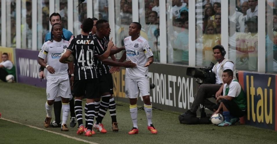 Robinho discute com jogadores do Corinthians após disputa de bola na Vila Belmiro