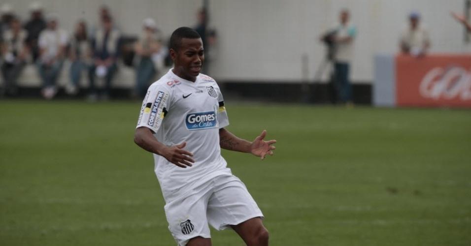 Robinho lamenta após não alcançar bola em sua volta ao Santos na Vila Belmiro