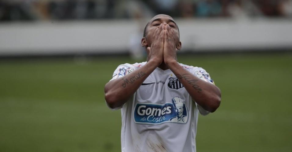 Robinho lamenta chance perdida em seu primeiro chute ao gol na volta ao Santos