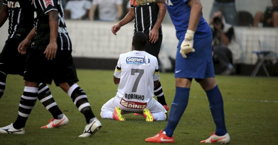 Robinho se desespera ao perder a melhor chance de gol no clássico