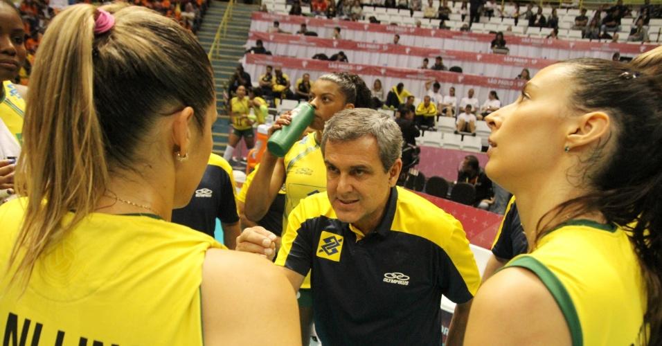 Zé Roberto passa instruções para a seleção do Brasil, durante o jogo contra os EUA