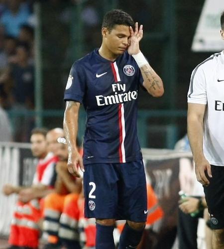 Thiago Silva deixa o gramado do estádio San Paolo após contundir a coxa em amistoso do PSG contra o Napoli