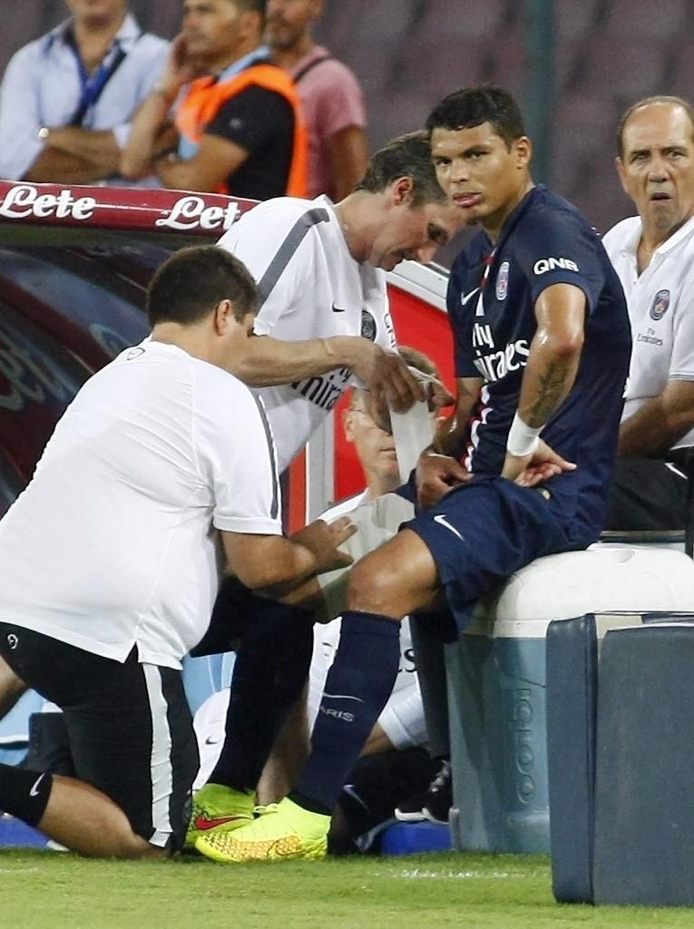 Thiago Silva é atendido por médicos do PSG após contundir a coxa direita