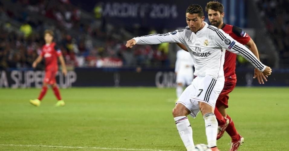 Cristiano Ronaldo bate para marcar o segundo gol dele e do Real Madrid sobre o Sevilla na Supercopa