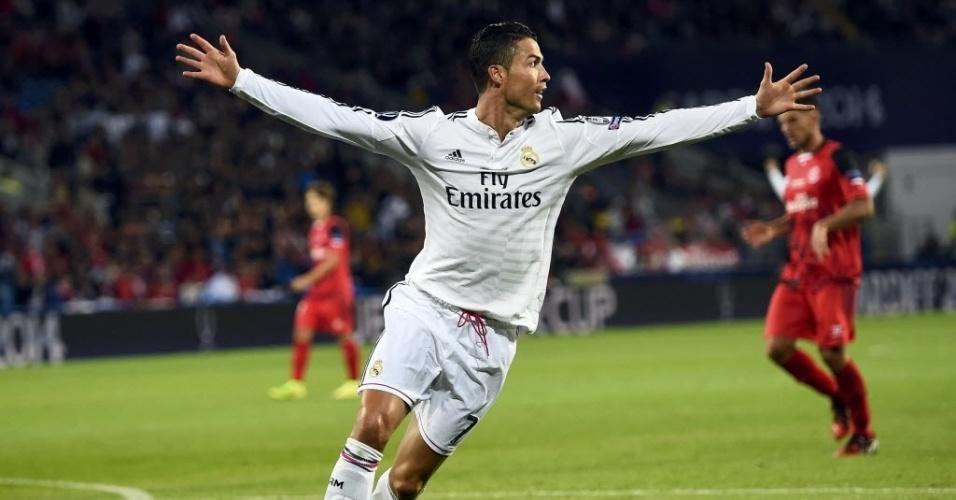 Cristiano Ronaldo sai para comemorar seu segundo gol para o Real Madrid na final da Supercopa da Europa contra o Sevilla
