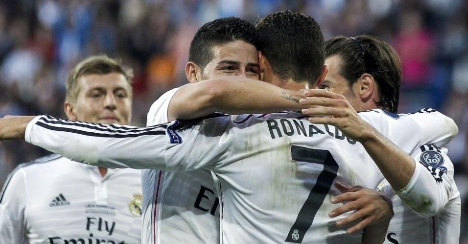 James Rodriguez e Cristiano Ronaldo se abraçam após o primeiro gol do Real Madrid sobre o Sevilla