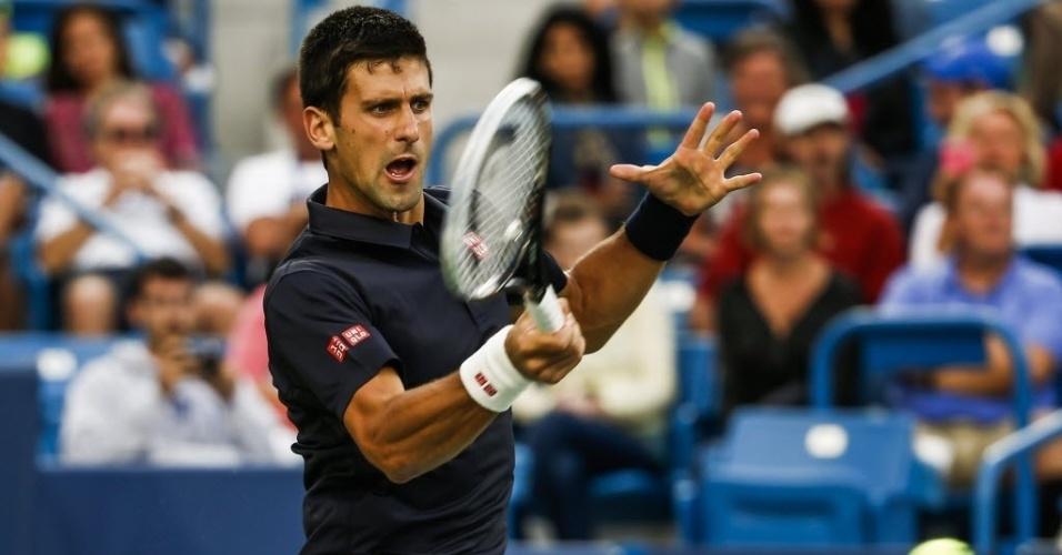 Novak Djokovic dispara o forehand no duelo com Gilles Simon em Cincinnati