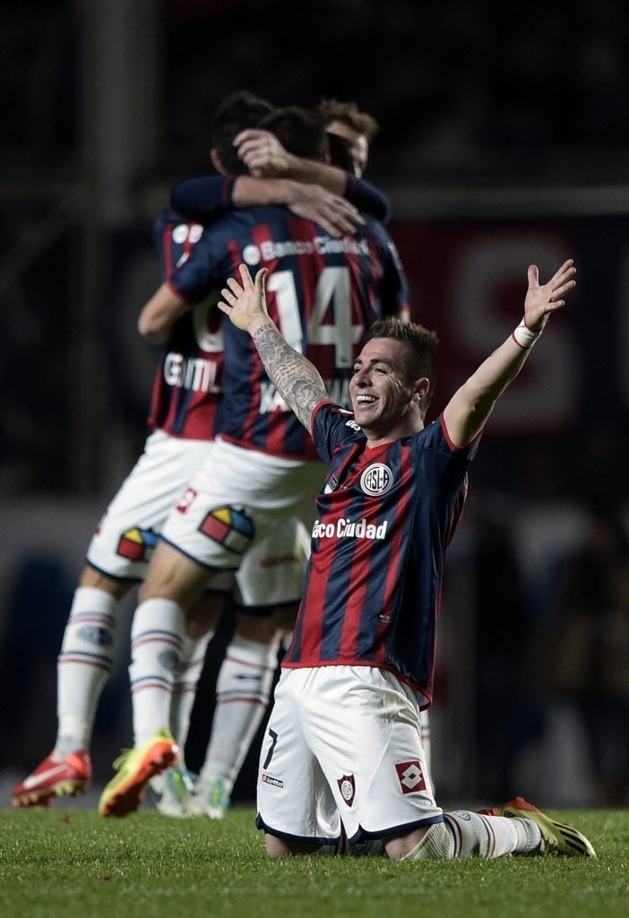 Buffarini se ajoelha ao ouvir o apito final da decisão da Libertadores, para comemorar o título do San Lorenzo