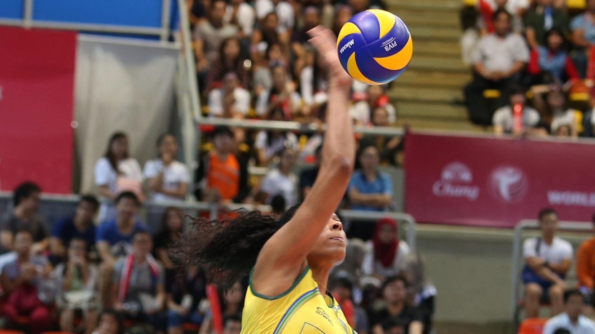 Fernanda Garay saca contra os EUA na primeira partida do Brasil na rodada realizada na Tailândia