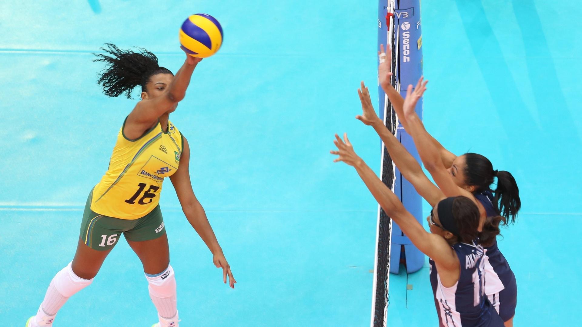 Fernanda Garay salta em ataque aos EUA, em partida dura para o Brasil na Tailândia