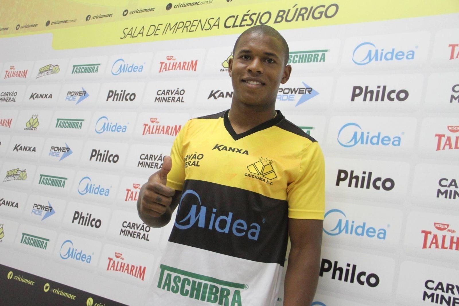 O lateral direito Luis Felipe estava no Benfica antes de acertar com o Criciúma
