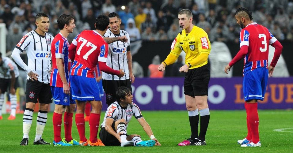 16.ago.2014 - Árbitro assinala falta sobre o corintiano Romero durante jogo contra o Bahia no Itaquerão