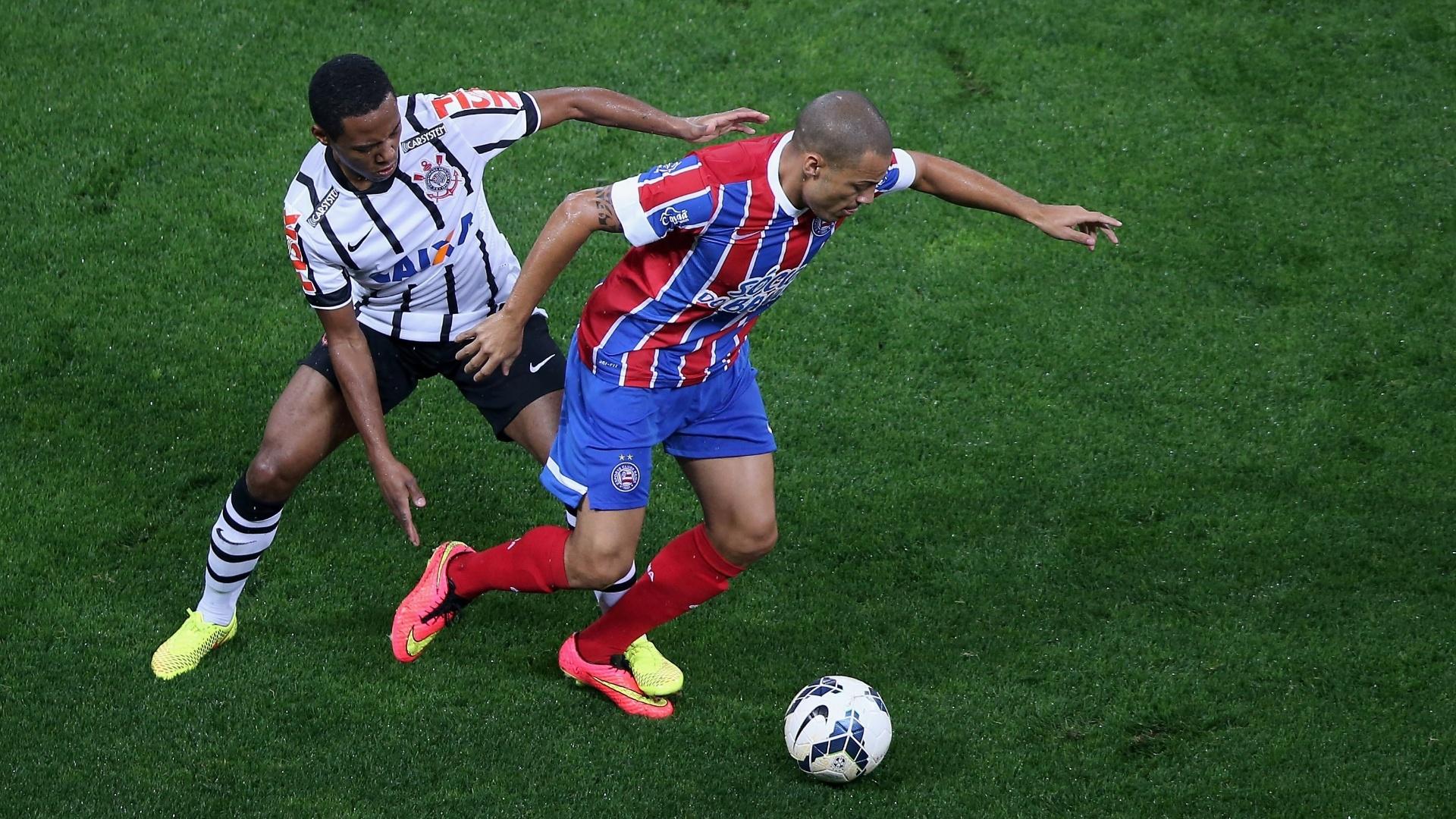16.ago.2014 - Elias (e), do Corinthians, aperta a marcação sobre Leo Gago, do Bahia, durante jogo do Brasileirão