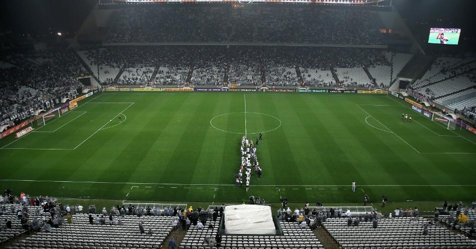 16.ago.2014 - Em noite chuvosa em São Paulo, Itaquerão recebe público razoável no jogo entre Corinthians e Bahia