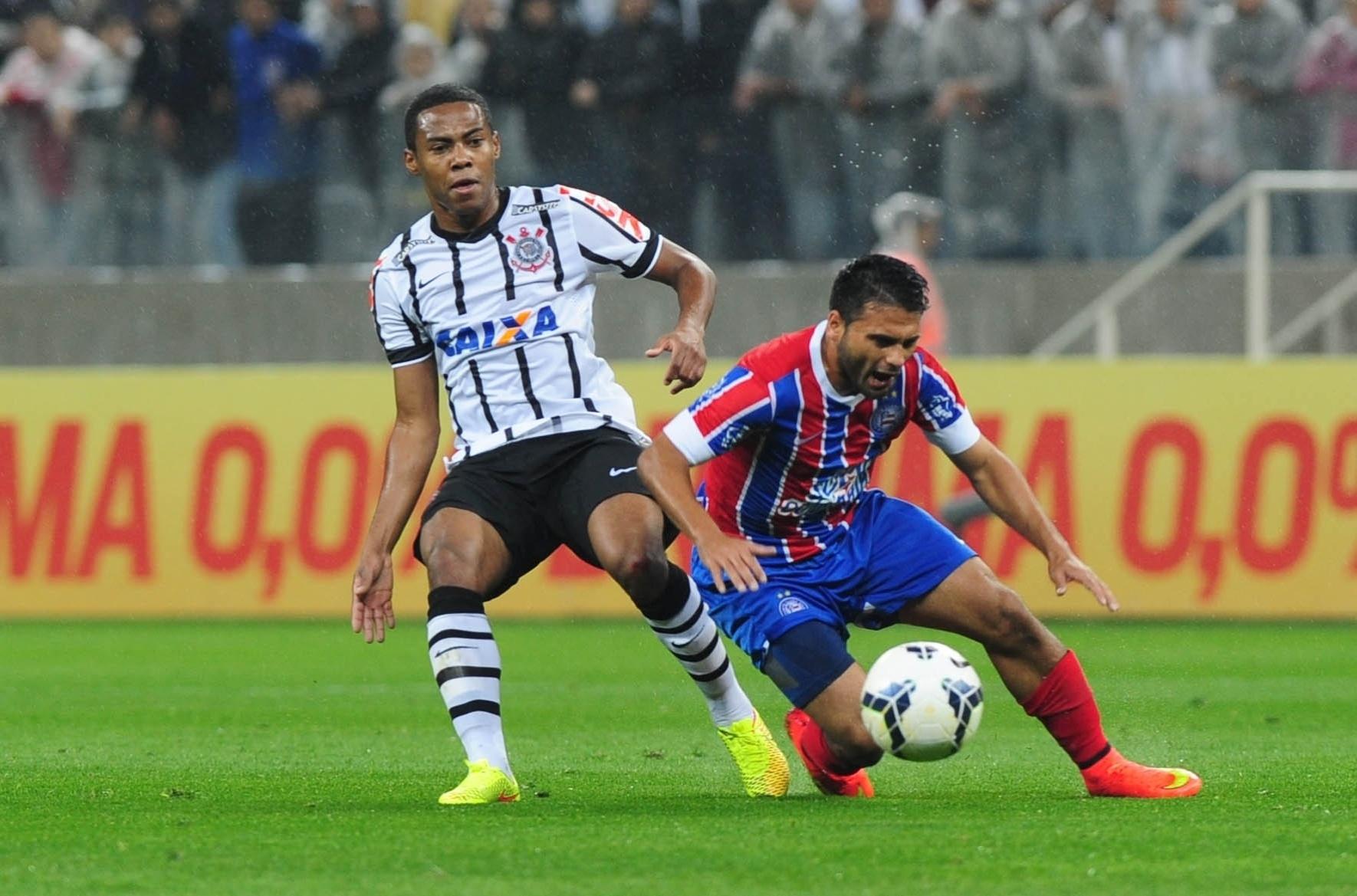 16.ago.2014 - Jogador do Bahia leva a pior com a marcação de Elias durante jogo do Corinthians no Itaquerão