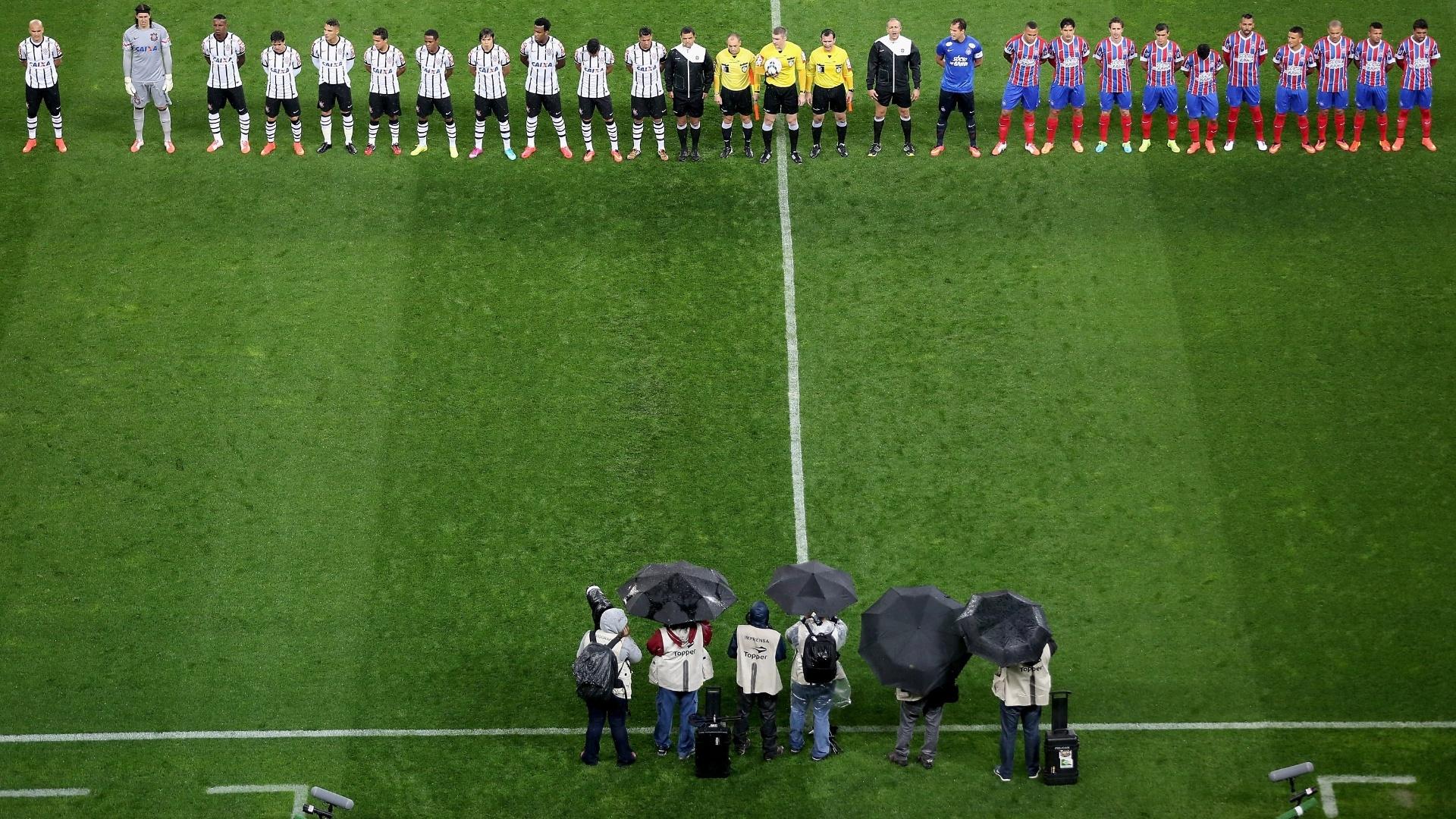 16.ago.2014 - Jogadores de Corinthians e Bahia ficam perfilados no centro do Itaquerão antes de jogo do Brasileirão