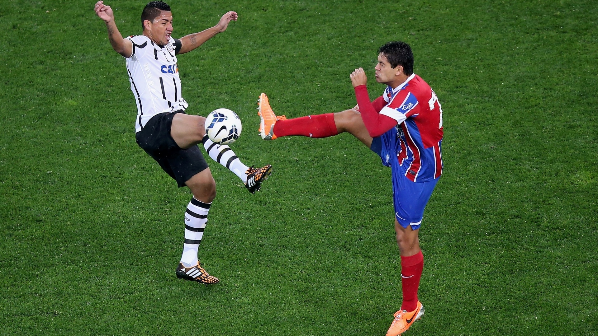 16.ago.2014 - Ralf (e), do Corinthians, disputa a bola com Fahel, do Bahia, durante jogo do Brasileiro